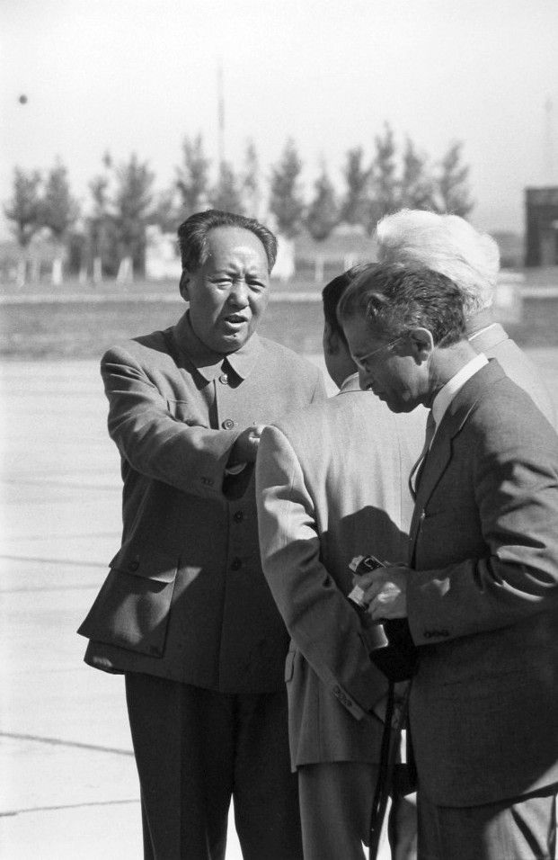 O000615 Chairman Mao Talking To The Leader Of East German Delegation