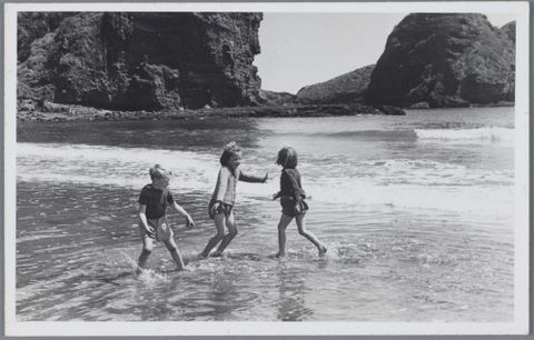 O.011090; Lee-Johnson children on Piha beachfront sands; 1946 - 1948; Lee-Johnson, Eric (image/tiff)