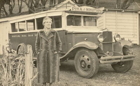 O.008133; Piha Bus Service; 1940 s; Lee-Johnson, Eric (image/tiff)
