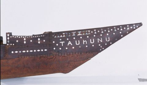 FE010421; Vaka (canoe) Tauhunu; circa 1900; Cook Islands; right side view of the bow; cropped (image/tiff)