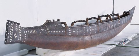 FE010421; Vaka (canoe) Tauhunu; circa 1900; Cook Islands; right side 3/4 view from the stern; cropped (image/tiff)