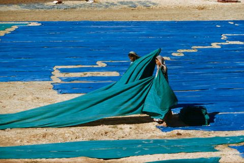 CT.035380; Gathering dyed cloth on the banks of the Sabarmati River, Ahmedabad; 1958; Indian; Brake, Brian (image/tiff)