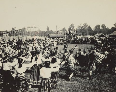 O.033764; Maori kapa haka (dance performance) before a large European audience, early 20th century (image/jpeg)