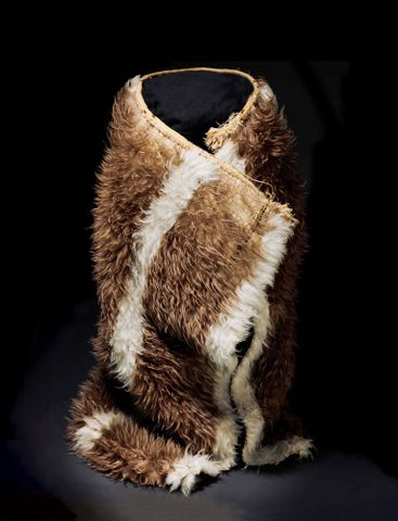 ME001378; Kahu kiwi (kiwi feather cloak); 1800-1900; Unknown; muka, brown kiwi feathers (image/tiff)