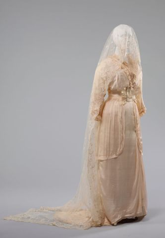 PC002677; Wedding dress; 1914; Unknown ; 3/4 view 3qv (image/tiff)