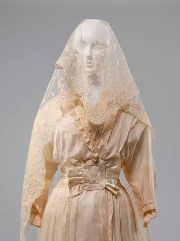 PC002677; Wedding dress; 1914; Unknown ; detail 1 (image/tiff)