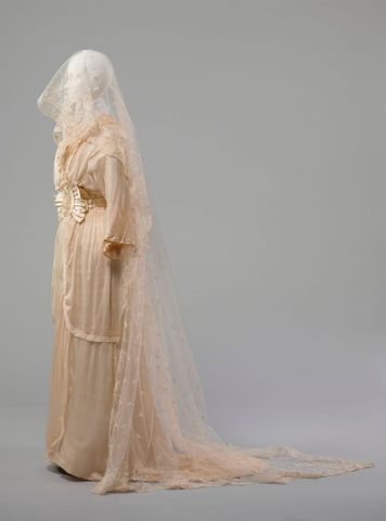 PC002677; Wedding dress; 1914; Unknown ; view 3 (image/tiff)