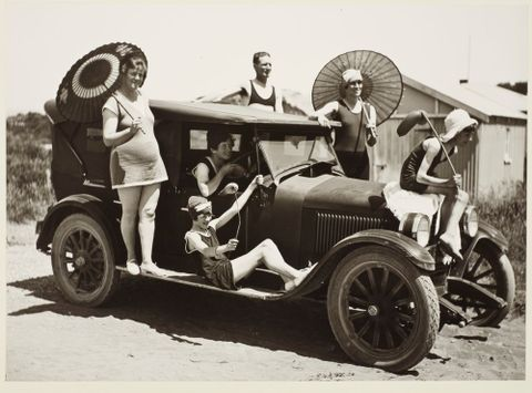 O.002633; Leslie, Maud, Nancy, Clyde and friends, Otaki Beach, 1927; 26.12.1927 - 01.1928; Adkin, Leslie ; without frame (image/tiff)