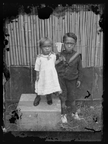 B.027737; Portrait of two unidentified young children; circa 1914; Cook Islands Maori; Crummer, George (image/tiff)