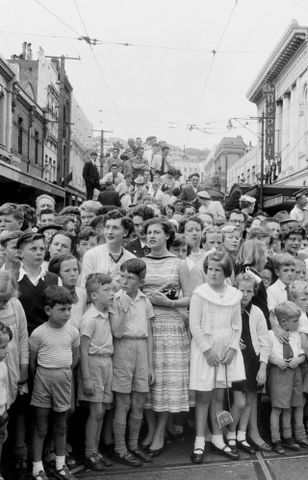 E.004413/8; Crowd waiting to see the Duke of Edinburgh, Wellington; 11.1956 - 12.1956; Brake, Brian (image/tiff)