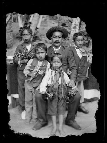 B.027738; Family group portrait; circa 1914; Cook Islands Maori; Crummer, George (image/tiff)