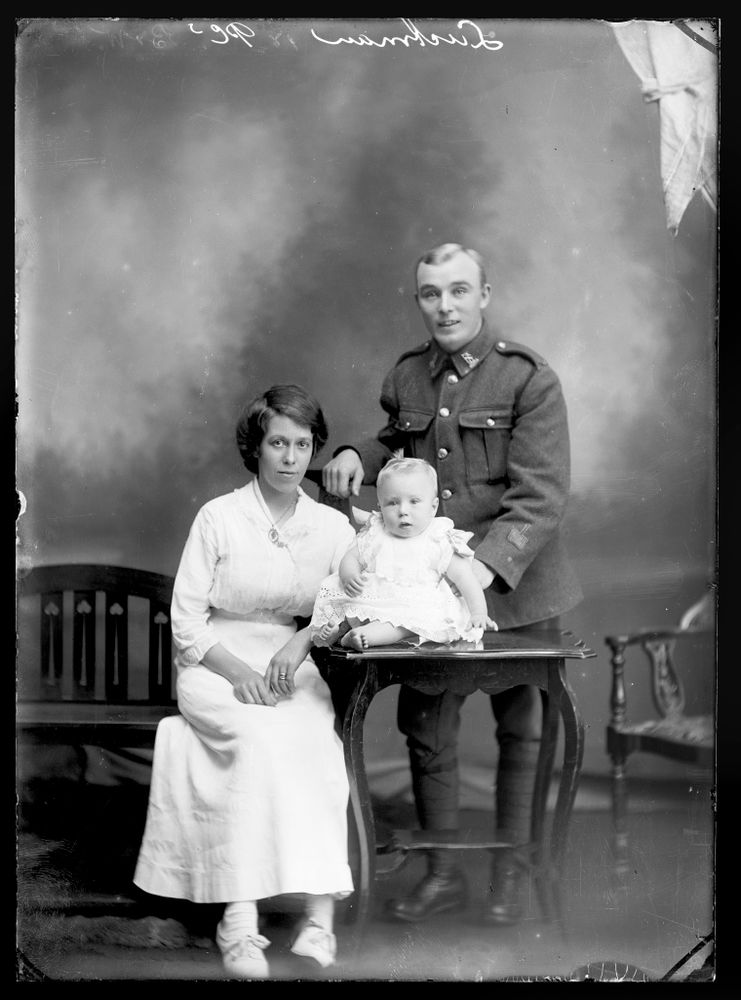 Harry Luckman with Ellen Luckman and baby Harry George Luckman - Museum of New Zealand Te Papa Tongarewa