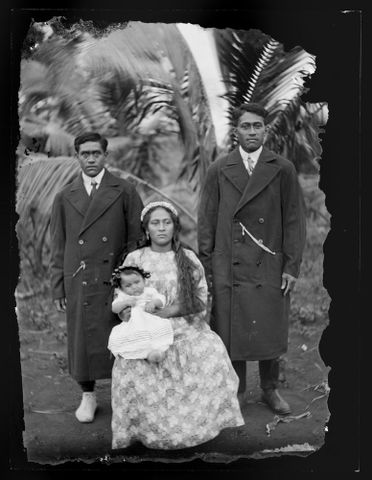C.003099; Portrait of a Family Group; 1916; Cook Islands Maori; Crummer, George (image/tiff)