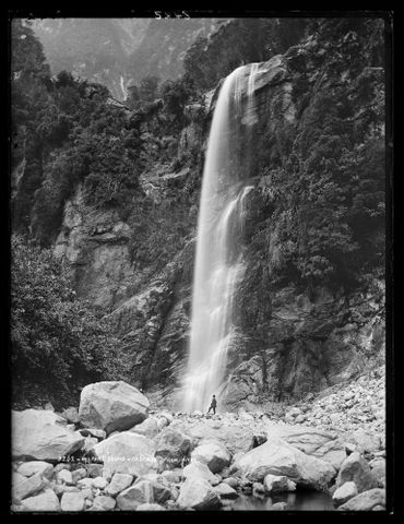 Milford Sound, cascade from Mitre