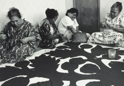 Eli Matangi (second from left), Elaine Annandale (left), and unknown tĬvaevae makers. Photograph courtesy of the Underhill family.