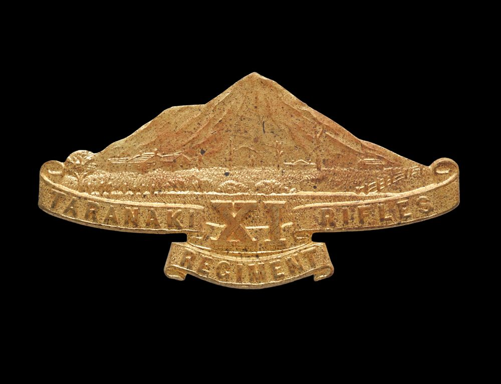 GH021090; Cap and collar badges, 11th (Taranaki Rifles) Regiment; 1914-1916; J.R. Gaunt & Sons Ltd