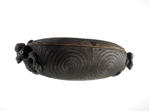 ME023357; Waka huia (treasure box); 1750; Tairawhiti (attributed on basis of carving style); Unknown ; 2; white background (image/tiff)