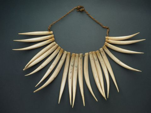OL000598/5; Wäseisei (Necklace); grey background (image/tiff)