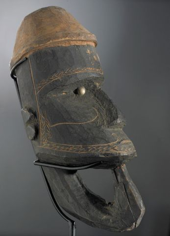 FE006585; War canoe prow figurehead (Nguzunguzu); unknown ; view 1 (image/tiff)