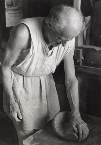 O.030803; Untitled [Michael Cardew kneading a ball of clay]; 1968; Carson-Parker, David ; without frame (image/jpeg)